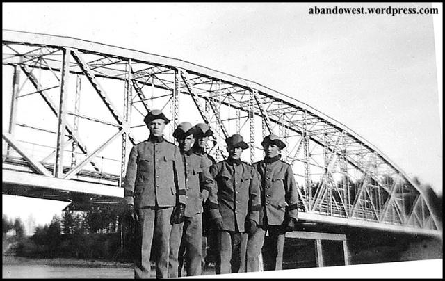Vid Hedenbron - 2:a från höger står pappa Sven - 8 skid.l.komp. vid I19 - Boden - 1931